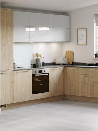 Natural oak u shape kitchen with integrated breakfast bar, black kitchen worktop and contrasting gloss white wall units.