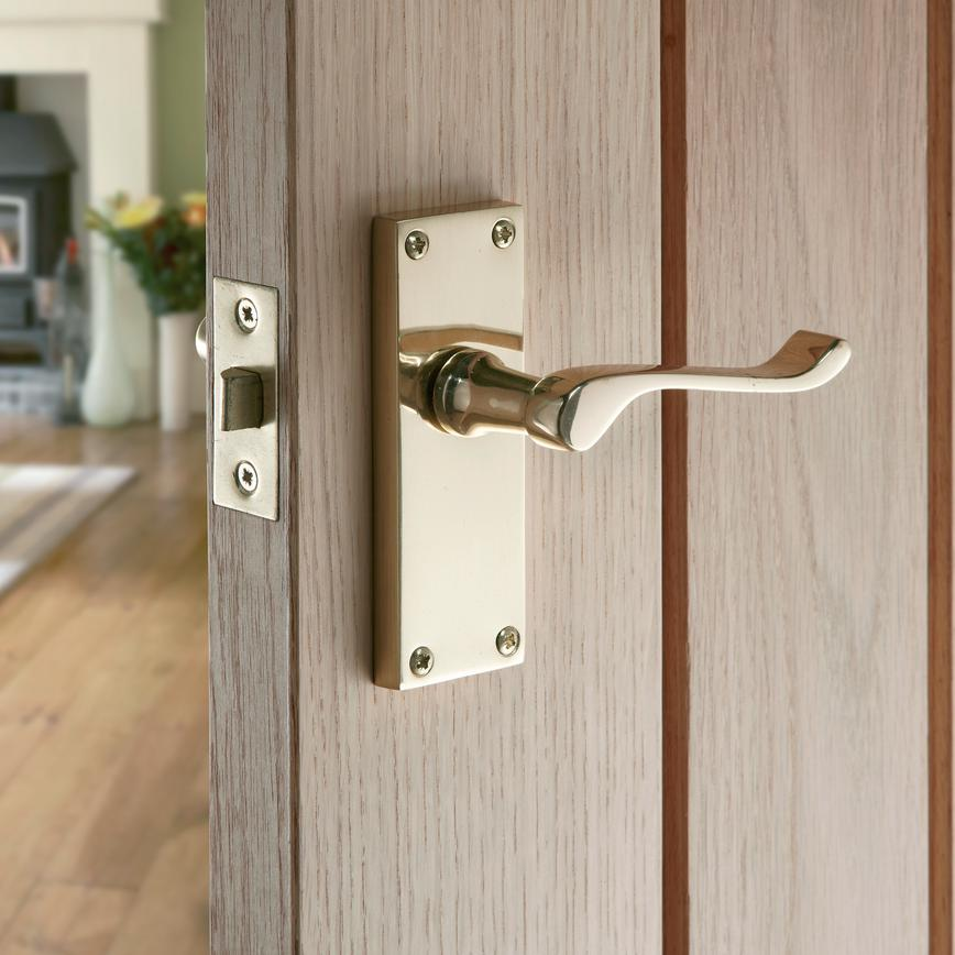 victorian scroll latch door handle howdens joinery. Black Bedroom Furniture Sets. Home Design Ideas